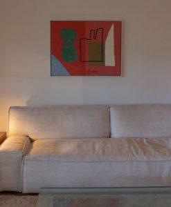 Een sfeerfoto van de Qube in een woonkamer naast het bankstel
